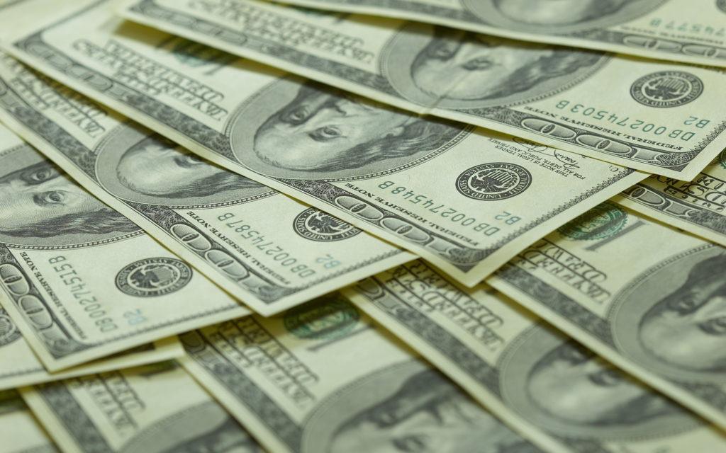 сдавать доллары или нет